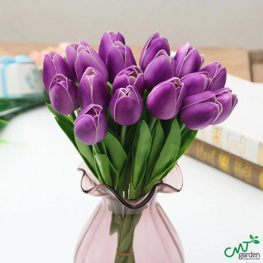 Bạn hãy bọc cuống hoa trong khăn ướt hoặc vải ướt để đảm bảo hoa không bị khô khi di chuyển về nhà
